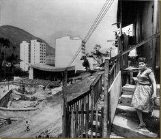 1963-out-23-final-de-construção-da-ARI,-ainda-com-casarão-ao-lado,-estacionamento-inexistente-e-favela-no-morro
