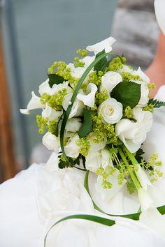 En Riomar fotógrafos nos gusta este bonito ramo de novia en verde y blanco. http://riomarfotografosdeboda.com