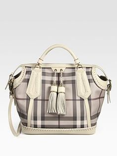 Not usually Burberry fan, but I like this - A LOT Best Handbags, Luxury Handbags, Purses And Handbags, Designer Handbags, Fashion Bags, Fashion Accessories, High Fashion, Winter Fashion, Burberry Handbags