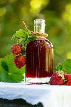 Hjemmelavet jordbærsirup er nemt at lave og smager vidunderligt. Brug den til is, morgenmad og desserter, nyd den til pandekager og vafler og giv måske en flaske væk som en hyggelig værtindegave. Jordbær opskrift fra Marinas Mad Juice Smoothie, Smoothie Drinks, Long Term Food Storage, Danishes, Hot Sauce Bottles, Chutney, Brunch, Strawberry, Food And Drink