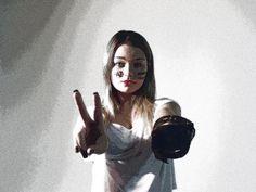 A PROCURA DOS MEUS DIREITOS. Como reivindicar meus direitos, sem criar guerra? Como tantas pessoas podem ver o caos do mundo, agir como se não fosse nada e ir contra quem busca um mundo melhor? O intuito do meu autorretrato é mostrar que quando queremos reivindicar nossos direitos, criamos guerra, mas o nosso desejo é a paz. Não apenas estar em paz, viver em paz. NOME: Bruna Karoline Peixoto Macedo NÚMERO: 04 TURMA: 1004