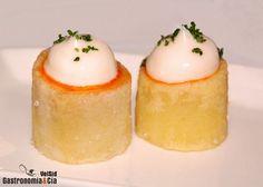 En el recetario de los chefs no podían faltar las Patatas Bravas de Sergi Arola, aunque es una receta sencilla de elaborar, no son las típicas bravas (aunque con el tiempo se han hecho tantas imitaciones que las han hecho vulgares). Las buenas bravas de Arola, elaboradas por su equipo, realmente están ricas y son muy agradables de comer por su equilibrio en sabores, por su cremosidad interior y su textura crujiente en el exterior…También hay que decir que hay algunas variantes en la receta… Mexican Food Recipes, Snack Recipes, Cooking Recipes, Snacks, Potato Dishes, Savoury Dishes, My Favorite Food, Favorite Recipes, Vegan Starters