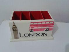 Porta controle remoto com quatro repartições. <br>Tema London com aplique em madeira, técnica stencil.