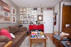 o legal dessa foto foi que a parede destacada pelos quadros só é vista por quem está em casa, quem entra não vê logo de cara