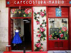 Os bordados gigantes de Raquel Rodrigo vão além dos panos: eles ocupam fachadas de casas e muros em Madrid dando vida a lindas instalações urbanas.