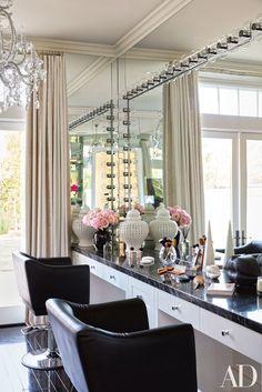 Dream glam room make up Khloe Kardashian vanity room Architectural Digest, Schönheitssalon Design, Home Design, Design Styles, Design Ideas, Casa Da Khloe Kardashian, Kardashian Beauty, Kardashian Jenner, Sala Glam