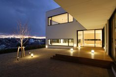House on the Bluff by Edward Suzuki Associates
