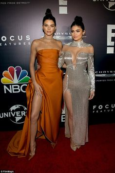 Sisters Kendall and Kylie Jenner rocked high-slit dresses and matching topknots at NBCUniversal's soiree in Beverly Hills. Khloe Kardashian, Estilo Kardashian, Robert Kardashian, Kardashian Kollection, Kendall Jenner, Kylie Jenner Outfits, Kylie Jenner Style, Estilo Kylie Jenner, Jenner Girls