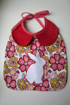Bavoir fleuri col claudine, petit lapin blanc : Mode Bébé par lapiecaramel
