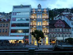 Karlovy Vary, domy naproti Mlýnské kolonády, 10.8.2017