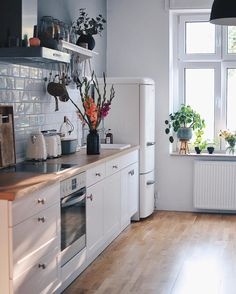 Start your morning right in a beautiful kitchen! Home Decor Kitchen, Kitchen Interior, New Kitchen, Home Kitchens, Kitchen Dining, Kitchen Hair, Dining Room, Home Panel, Küchen Design
