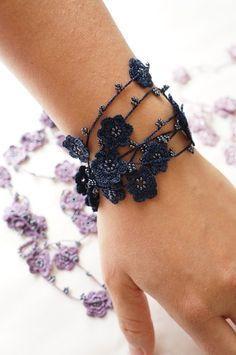 Beaded crochet idea for hair clip or hair comb clip … - Schmuck herstellen Crochet Diy, Bead Crochet, Crochet Crafts, Crochet Beaded Bracelets, Beaded Jewelry, Crochet Necklace, Crochet Jewellery, Leaf Jewelry, Textile Jewelry