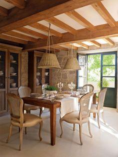 00315222. Rústico comedor con dos alacenas de madera oscura y lámparas de techo de mimbre_00315222