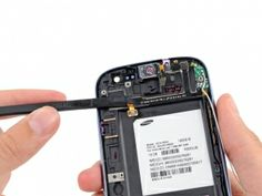 Schritt 5 -       Stecken Sie den flachen Rand eines Spudger unterhalb des Hörer / Lautstärketasten / Lichtsensor Flachbandkabelstecker.      Ziehen Sie sanft den Spudger weiterhin um den Hörer / Lautstärketasten / Lichtsensor Flachbandkabel von der Frontplatte zu entfernen.