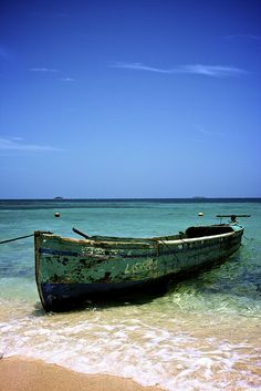 Garifuna fisherman's boat at Chachauate Key in Cayos Cochinos, #Honduras