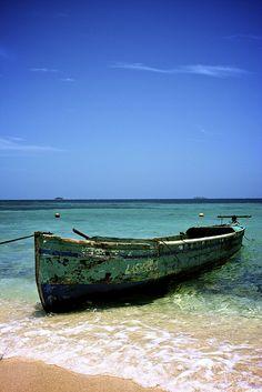 Garifuna fisherman's boat at Chachauate Key in Cayos Cochinos, #Honduras
