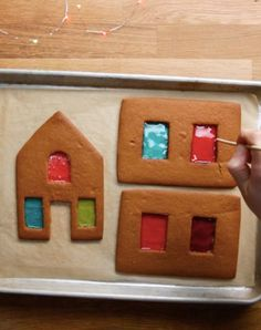 11 Borderline Genius Tips For Making A Gingerbread House These basic tricks will take your gingerbread house to the next level. Gingerbread House Icing, Homemade Gingerbread House, Graham Cracker Gingerbread House, Gingerbread House Patterns, Cool Gingerbread Houses, Gingerbread House Parties, Christmas Gingerbread House, Gingerbread Cookies, Christmas Houses