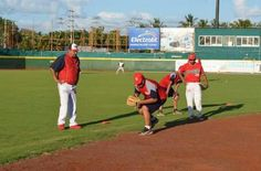 Los alumnos de la Escuela de Beisbol Cañoneros, recibieron una clinica por parte del staff técnico de los Piratas de Campeche, la tarde de e...