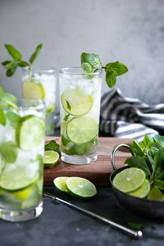 The Mojito (a Cuban classic) is a refreshing mix of rum, sugar, fresh lime juice, mint leaves, and bubbly club soda. Learn how to make a Mojito and enjoy this simple and delicious cocktail all year long. Mojito Drink, Mint Mojito, Mojito Cocktail, Rum, Drinks Alcohol Recipes, Cocktail Recipes, Alcoholic Beverages, Cooking Recipes, Sodas