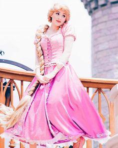 Disney Cosplay at its best! Sora at Disney World! Disney Princess Cosplay, Rapunzel Cosplay, Disneyland Princess, Princess Rapunzel, Disney Cosplay, Disney Costumes, Princess Face, Epic Cosplay, Princess Aurora