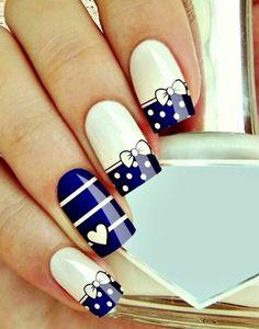 ganz süße Nägel in Weiß und Blau mit Schleifen