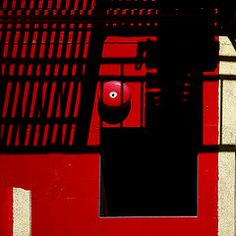 Ingabbiato (salvatore tardino) Tags: sanfrancisco california shadow window wall cut ombre finestra taglio parete rosso colori bianco luce forme composizione gabbia geometrie griglia linee pittura allarme prospetto