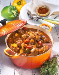 Ungarisches Paprika-Gulasch Our popular recipe for Hungarian Paprika goulash and more than more free recipes on LECKER. Healthy Meat Recipes, Meat Recipes For Dinner, Clean Eating Recipes, Beef Recipes, Cooking Recipes, Potted Meat Recipe, Low Carb Meats, Hungarian Recipes, Yummy Food