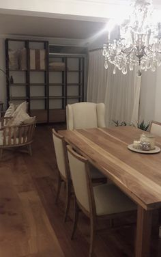 Mesa en guayubira, sillas en lino. Dining Bench, Sweet Home, Wood, Furniture, Home Decor, Dining Chairs, Couches, House Decorations, Upholstered Chairs