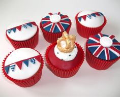 Cupcakes with all my favorite things, union jack, bunting and buttons! Coocakecachoo