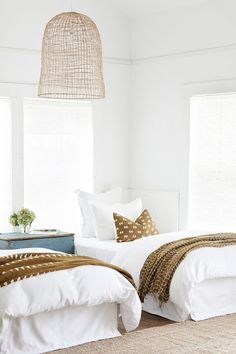 Guest bedroom design // woven pendant lamp // woven carpet // white and green bed . Guest bedroom design // woven pendant lamp // woven carpet // white and green bedroom Ligh Gorgeous Bedrooms, Twin Beds Guest Room, Modern Bedroom, Bedroom Inspirations, Home Bedroom, Guest Bedroom Design, Bedroom Decor, Bedroom Green, Home Decor