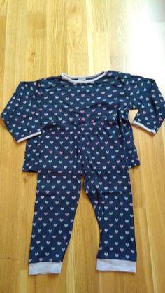 Dunkler langer Schlafanzug mit Herzchenmuster