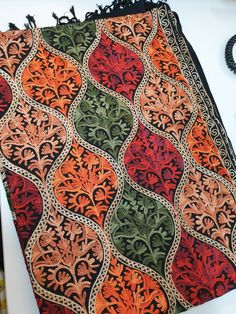-Paisley pattern on 4 side border makes this shawl a stunning piece. Indian Embroidery Designs, Aari Embroidery, Embroidery Patterns, Kashmiri Shawls, Textile Patterns, Textiles, Cashmere Shawl, Pashmina Shawl, 3d Max