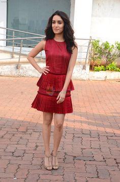 Bollywood Stars, Bollywood Fashion, Bollywood Actress, Shraddha Kapoor Cute, Half Updo Hairstyles, Sraddha Kapoor, Saree Photoshoot, Different Dresses, Anushka Sharma