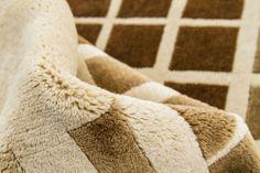 Detalle alfombra Indonepal Beige Marrón Alfombra de lana anudada a mano con un tratamiento especial que le da una sensación sedosa y agradable al tacto.  #alfombra #indonepal #decoración #beige #marron