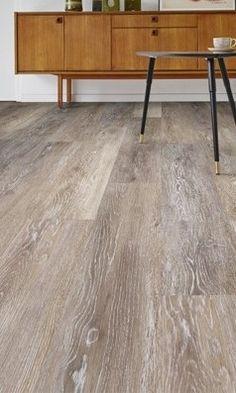 Mooie eiken pvc vloer. Deze prachtige vloer kan toegepast worden in iedere woning. Door de natuurlijke look past deze in zowel een modern als een klassiek interieur. Kies bij deze vloer eens voor een jute of sisal tapijt voor een cosy sfeer. #pvcvloer #pvc #vloer #woonkamer #slaapkamer Pvc Vinyl Flooring, Tile Showroom, Refinishing Hardwood Floors, Floor Decor, Indoor, House Design, Decorating, Bathroom, Home Decor