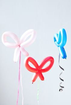 How sweet are these balloon animals? If you're going for an animal themed party or even if you're not, these animal balloons will add a super sweet touch to your kids birthday party and they come with free printable cutouts. How To Make Balloon, One Balloon, Balloon Backdrop, Letter Balloons, How To Make Bows, Balloon Party, Balloon Ideas, Small Balloons, Helium Balloons