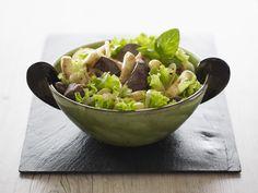 Salade de foie de volaille et mini-quenelles. Sprouts, Potato Salad, Serving Bowls, Potatoes, Vegetables, Tableware, Ethnic Recipes, Kitchen, Mini