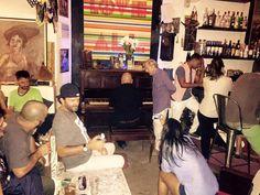 Situado en pleno centro de La Vieja Habana, muy cerca de la Acera del Louvre y justo detrás del Capitolio, el Siá Kará Café es uno de los sitios de moda en el ambiente nocturno de la ciudad.