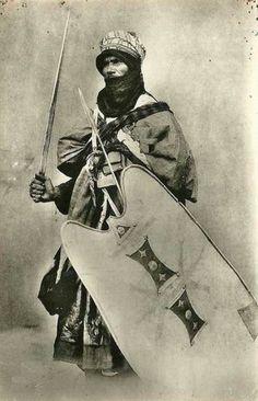 Guerrier Berbère Touareg avec le bouclier caractéristique et l'épée takouba