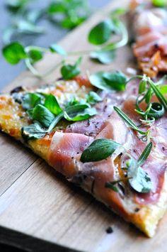 Blomkålspizza opskrift med parmaskinke | www.juliekarla.dk