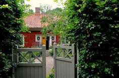 Grinden som leder in till Hannu Sarenströms mysiga faluröda boende på Kinnekulle som nu är till salu.
