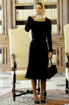Queen Rania is supposed to be the youngest queen on the planet. Her Majesty Queen Rania is among the most well-known and loves fashion icons on the pl. Catholic Veil, Queen Rania, Queen Noor, Estilo Real, 30 Outfits, Royal Fashion, Victoria Beckham, Style Icons, Jordans