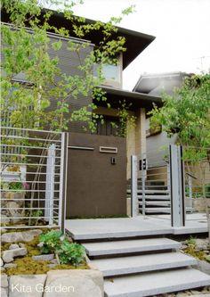 シャープな外構と、自然な植栽が織りなす、上質な空間(兵庫県)7 Facade, Entrance, Stairs, Exterior, Outdoor Structures, Patio, Garden, Outdoor Decor, House