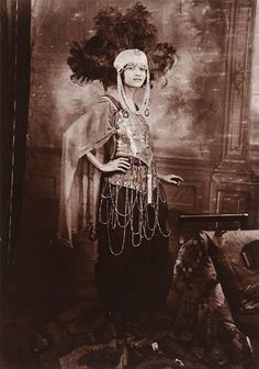 James Van Der Zee was a renowned, Harlem-based photographer known for his posed, storied pictures capturing African-American cit. Harlem Renaissance Fashion, Renaissance Art, Renaissance Wedding, Renaissance Costume, Native American History, African American History, British History, James Van Der Zee, Vintage Black Glamour
