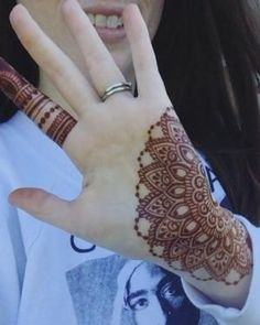 As Rakshabandhan 2019 is Coming, and colleges have started, Here's an article on Henna Mehndi Designs which you can easily pull off to college. Finger Henna Designs, Mehndi Designs 2018, Modern Mehndi Designs, Mehndi Designs For Girls, Mehndi Design Photos, Mehndi Designs For Fingers, Dulhan Mehndi Designs, Beautiful Henna Designs, Henna Tattoo Designs