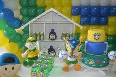 Mamães, olhem que linda essa mesa para festa infantil verde-amarela/Copa do Mundo. Mais fotos em: http://mamaepratica.com.br/2014/06/12/mamae-em-festa-verde-e-amarelo/ Foto: blog Mamãe Prática Brazilian children's party - World Cup