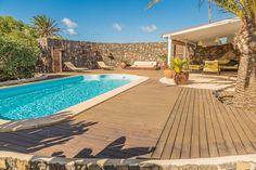 Échale un vistazo a este increíble alojamiento de Airbnb: Superb house with swimming pool - Casas en alquiler en Lajares