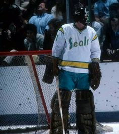 Gary Simmons Sports Pictures, Cool Pictures, Cool Photos, Sports Uniforms, Sports Teams, Gary Simmons, Goalie Mask, Oakland California, Hockey Goalie