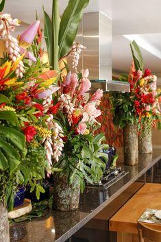 Para decorar o buffet, usamos dois arranjos altos montados por Marcinho da Milplantas, em troncos de madeira de Monica Troncos e Galhos. Costela-de-adão, helicônias, flor de bananeira, guaimbé, bromélias, semente de fenix e alpinia polônia.