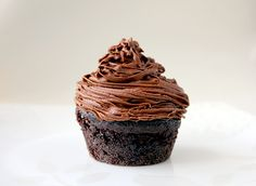 How to make the best chocolate buttercream frosting/icing recipe for cakes and cupcakes. This is and easy and delicious chocolate frosting recipe! Best Chocolate Buttercream Frosting, Chocolate Frosting Recipes, Coffee Buttercream, Chocolate Icing, Chocolate Coffee, Icing Frosting, Chocolate Squares, Chocolate Sweets, Buttercream Recipe